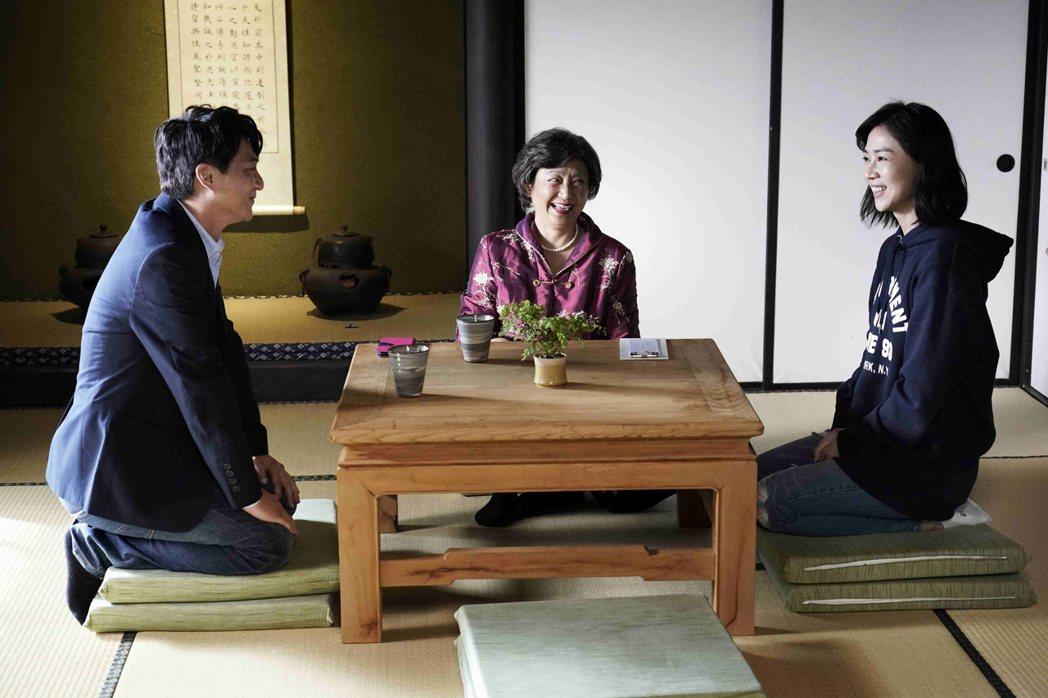 在「俗女養成記」戲中,謝盈萱(右起)在阿嬤(楊麗音飾演)的安排下,與藍葦華相親。...