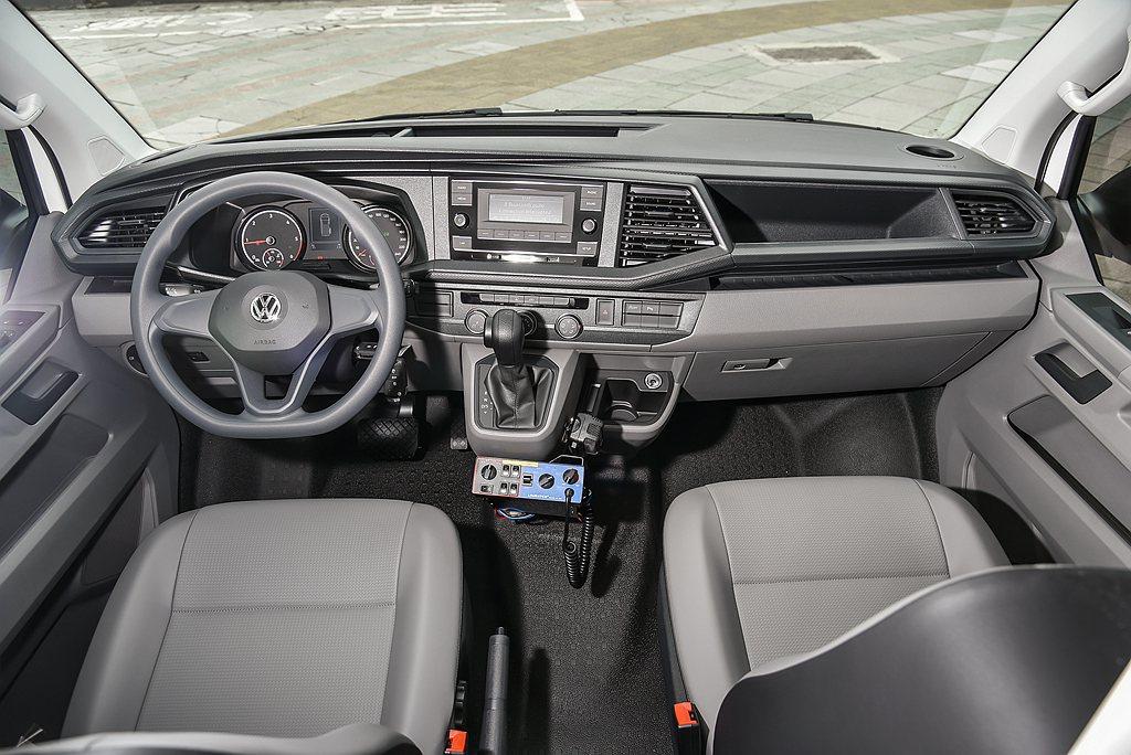 福斯商旅T6.1 Kombi不僅承襲經典氣派車身格局,全新車頭保桿設計,內裝則採...