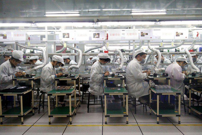 圖為代工廠生產線示意圖。(中新社)