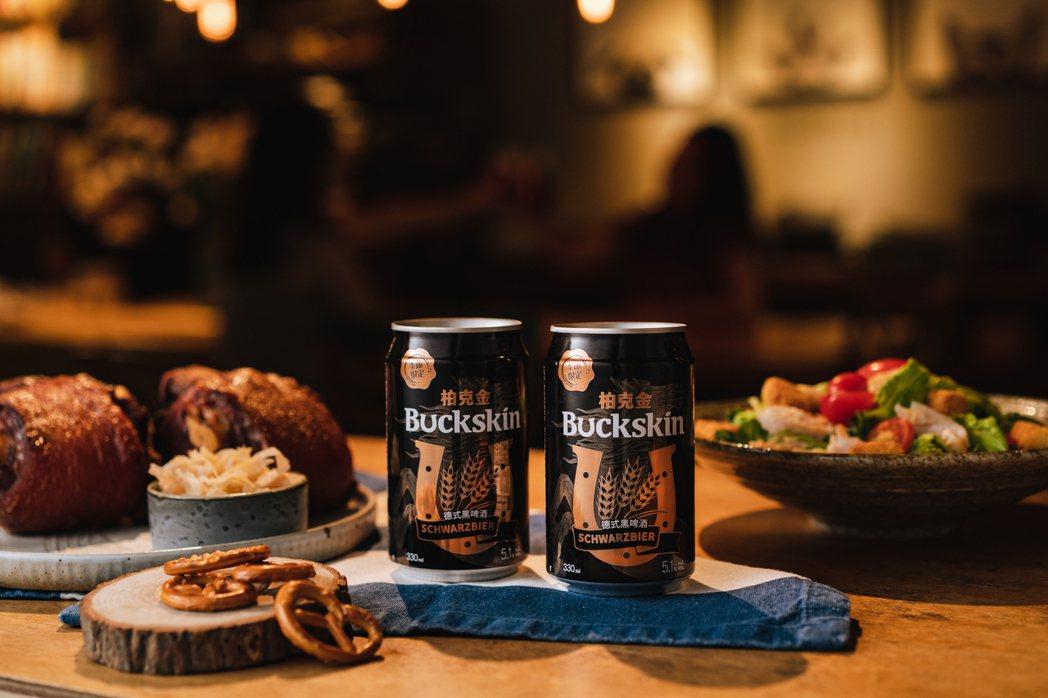 柏克金以黑色瓶身帶出「德式黑啤酒」的深黑色酒體及沉穩個性,視覺設計融入麥穗與織帶...