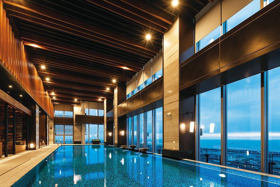 「遠雄THE ONE」60樓水明漾高空景觀泳池。 遠雄/提供