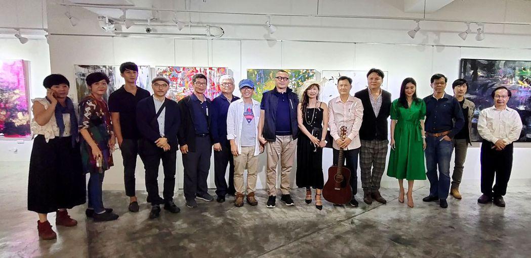 謝其昌教授(左七起)、雄崗建設董事長林清吉、陳美芬老師與藝術家們一同合影。 楊鎮...