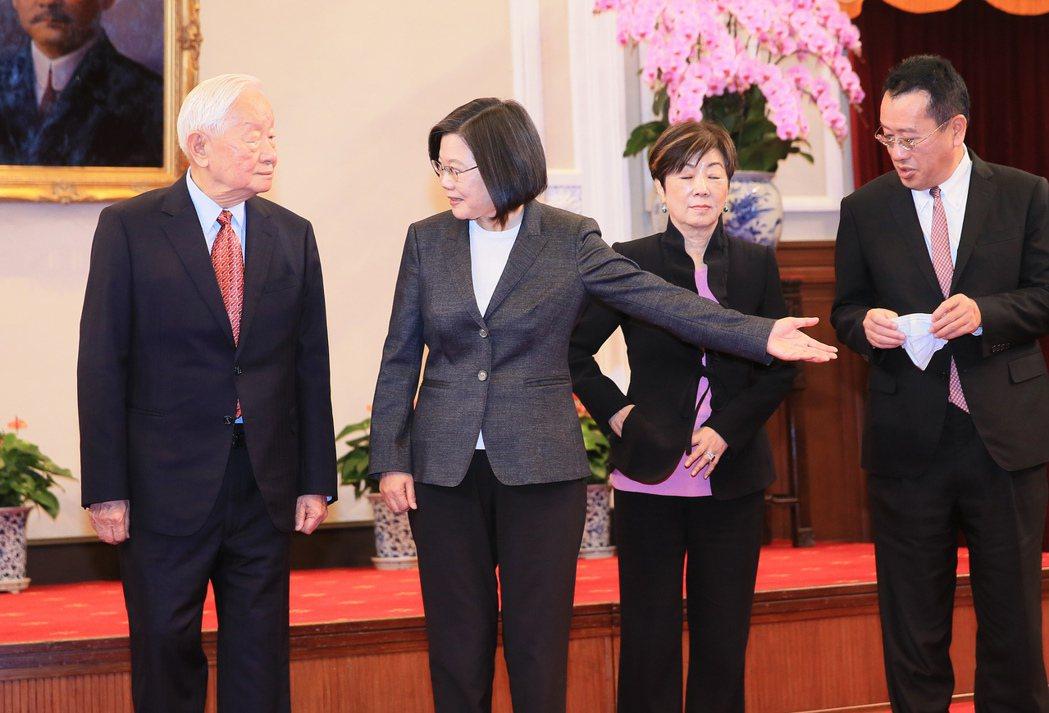 蔡英文總統(左二)宣布再次邀請台積電創辦人張忠謀代表她出席亞太經合會。圖/潘俊宏...
