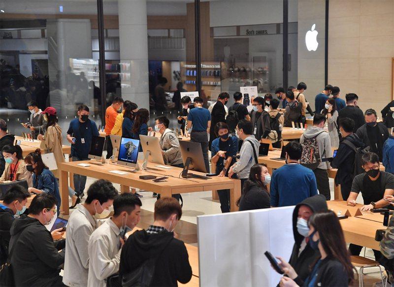 蘋果iPhone 12 Pro Max、12 mini壓軸登場,13日開賣,許多民眾來到台北直營店選購手機。中央社
