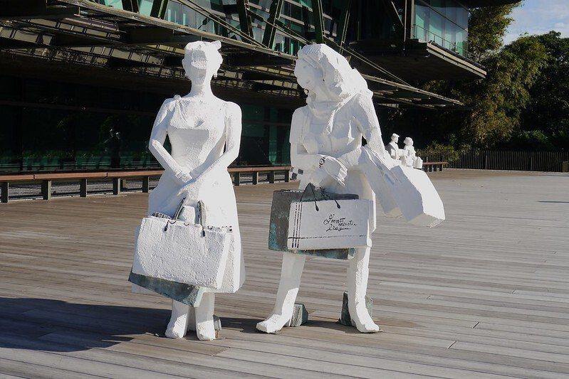 雕塑大師朱銘「白彩人間」的雕塑品。