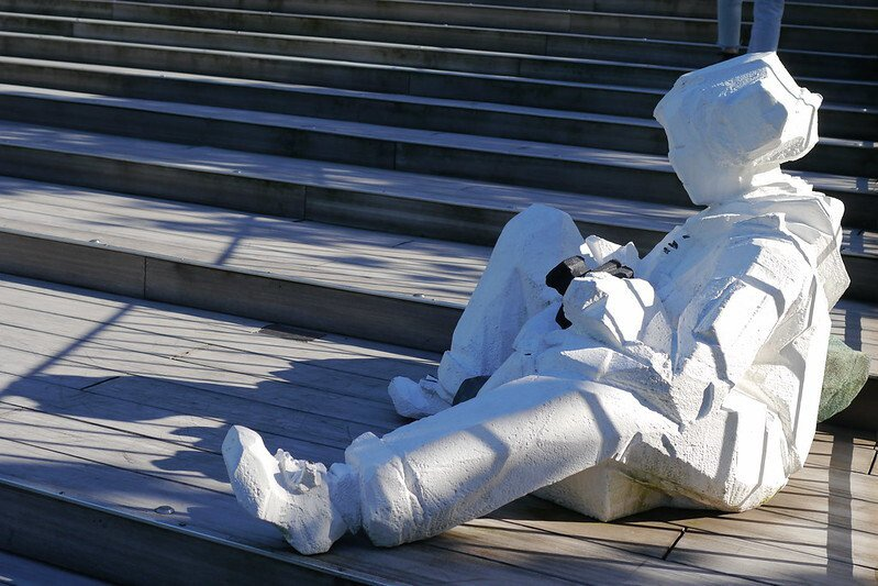 雕塑大師朱銘「白彩人間」的雕塑品,坐在階梯上休憩的男子。
