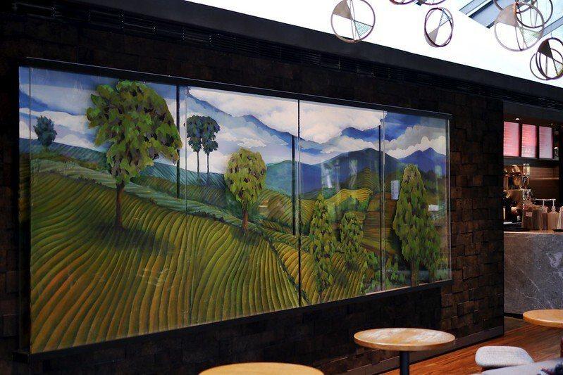 星巴克雲門門市,室內的主牆面,藝術味濃,層次分明的手繪,室內用餐區常常客滿,我在第三次造訪時,才看到有空位。