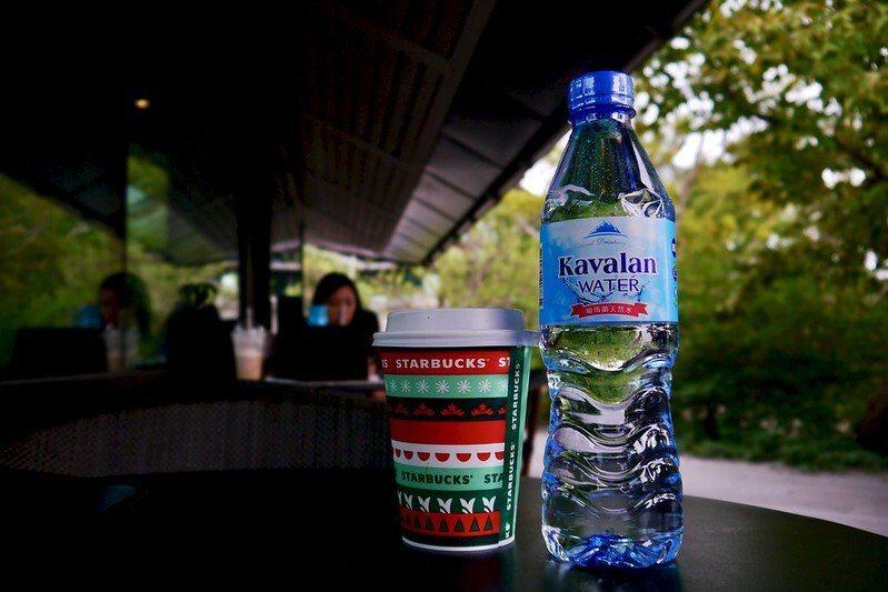 星巴克雲門門市,戶外用餐區座位,一杯咖啡一瓶水,帶去劇場草坪區慢慢享用。