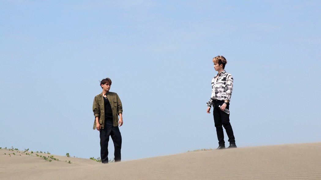 陳零九(左)、邱鋒澤到沙漠拍攝MV。圖/滾石唱片提供