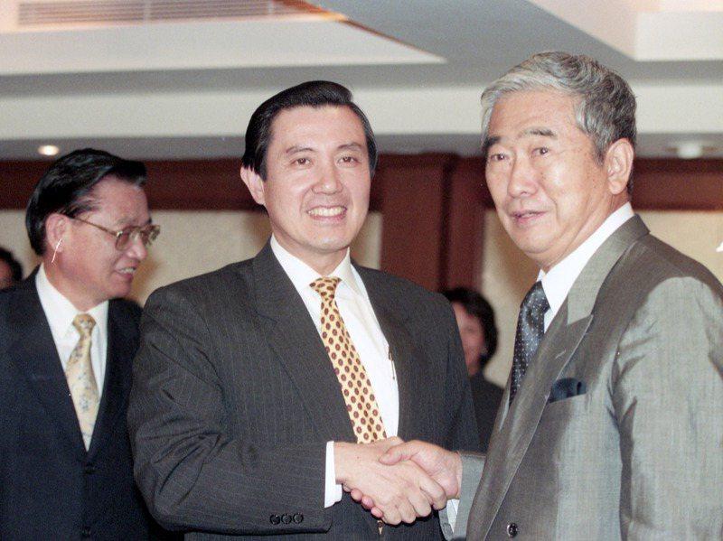 台北市長馬英九(中)與日本東京都知事石原慎太郎(右)於台北晶華酒店進行會談。圖/聯合報系資料照片