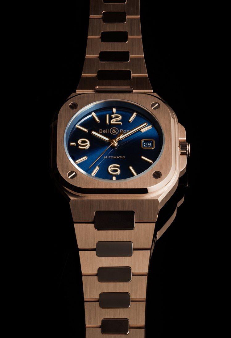 藍色表面、玫瑰金表殼搭配一體成型玫瑰金表帶的BR 05 Blue Gold,在手...