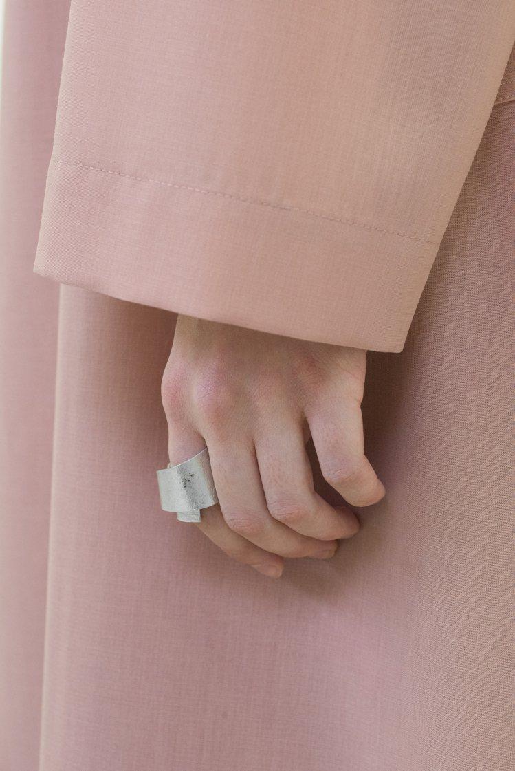冰雪樺木戒指,11,300元。圖/ISSEY MIYAKE提供
