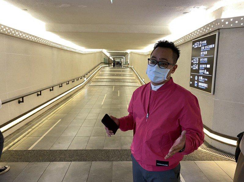 童子瑋指新竹車站的地下道空間明亮,指示牌和燈光十分完整。圖/議員童子瑋提供