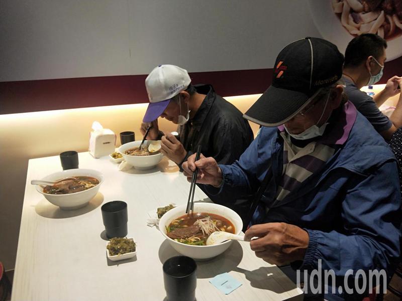 幸運拿到號碼牌的民眾可享用店家及台北市副市長黃珊珊免費提供的牛肉麵。記者江婉儀/攝影