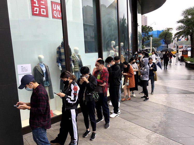 UNIQLO的ATT 4 Fun門市,在開店前就有許多人排隊要買與JIL SAN...
