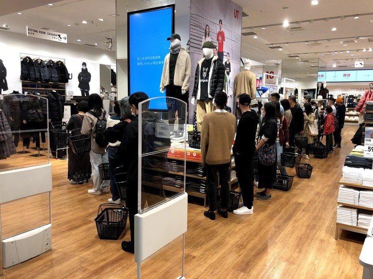 UNIQLO的有銷售+J系列的實體門市,湧現排隊等待搶購的消費者。圖/讀者提供