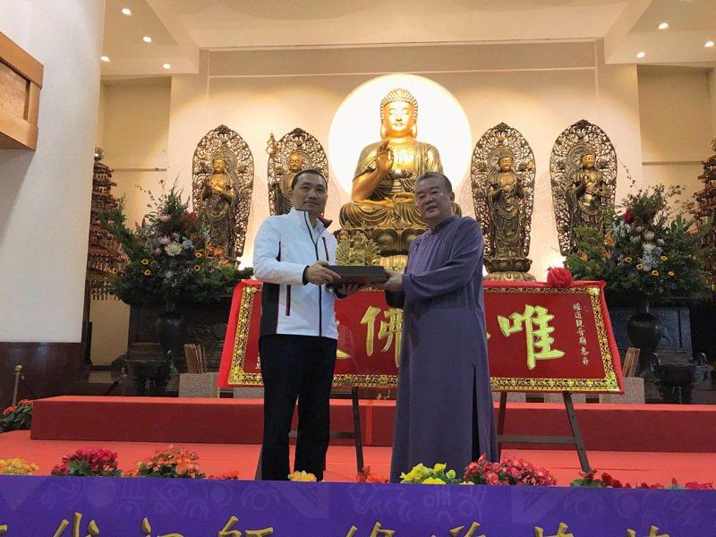 新北市長侯友宜(左)贈匾「唯一佛乘」給淡水緣道觀音廟。圖/民政局提供