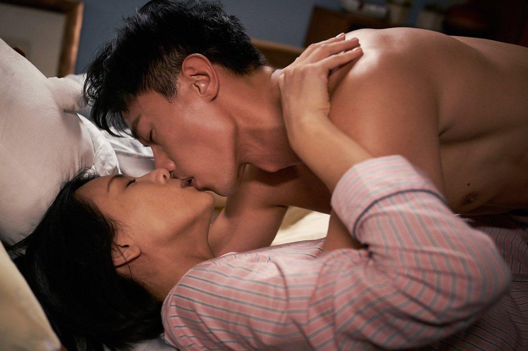 張本渝(左)和陳泂江拍床戲時,頻頻喊熱。圖/八大電視提供