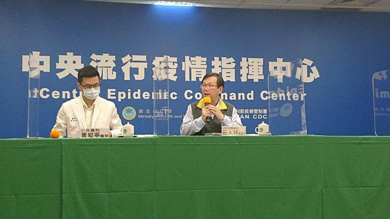 中央流行疫情指揮中心記者會,小兒科醫師黃瑽寧(左)、中央流行疫情指揮中心發言人莊...