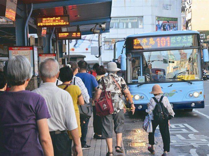 基隆市65歲以上老人,可無限次免費搭市營公車,學者建議比照雙北一個月限制60次免費搭乘。圖/聯合報系資料照片