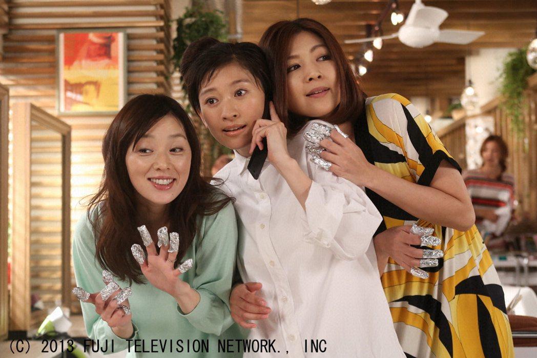 在「最後的灰姑娘」劇中,大塚寧寧(左起)、篠原涼子、飯島直子飾演好姐妹。圖/八大...