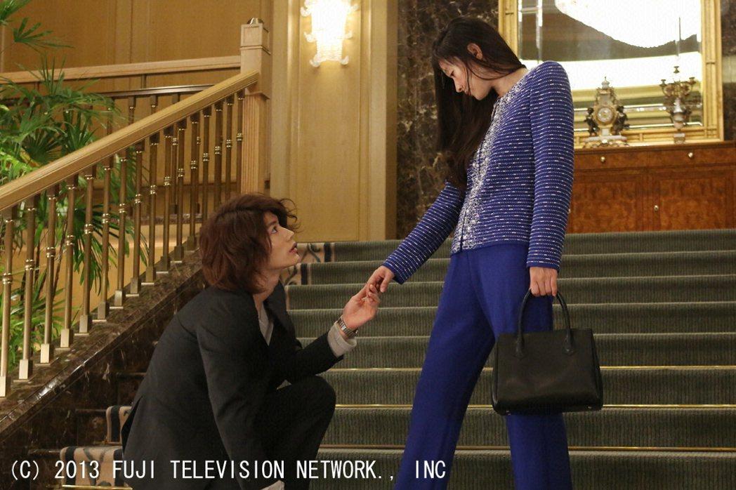 三浦春馬(左)生前在「最後的灰姑娘」劇中飾演心機男勾引篠原涼子,如今看來令人心碎...