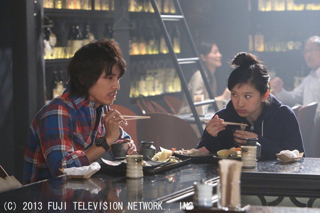 藤木直人(左)、篠原涼子在「最後的灰姑娘」中經常鬥嘴。圖/八大電視提供