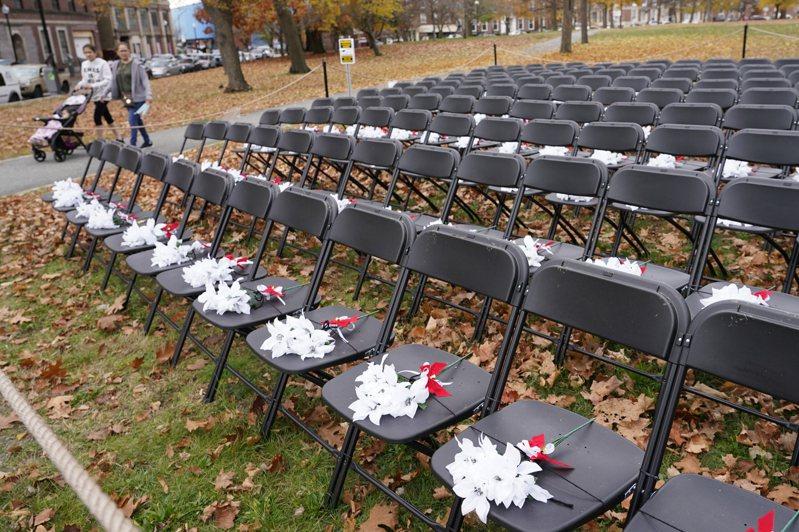 全球疫情持續升溫,新增確診與病故人數俱創新高,圖為美國麻州為悼念新冠肺炎死者擺設的空椅子。美聯社