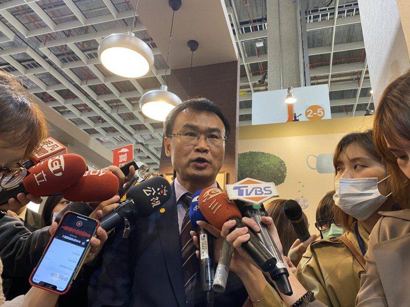 農委會主委陳吉仲今下午出席台灣國際茶業博覽會頒獎典禮,再度呼籲國民黨下架豬隻顫抖的影片。記者葉冠妤/攝影