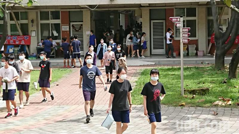 明年大學個人入學申請,5採3的學系增加,學生的準備策略也在改變。記者鄭惠仁/攝影