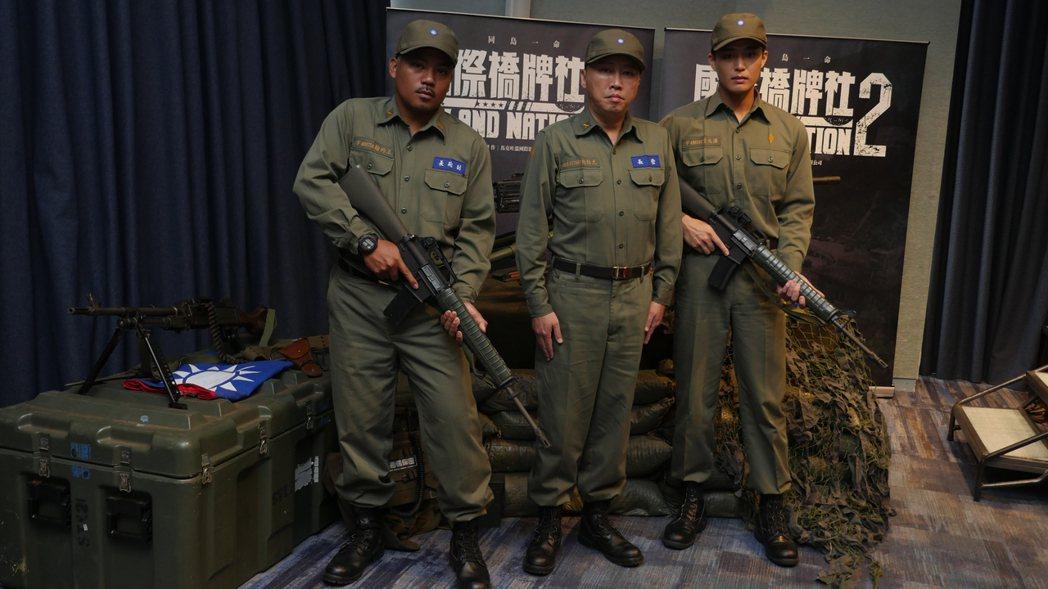 撒基努Sakinu(左起)、趙正平、安俊朋著軍裝雄赳赳氣昂昂,暢聊赴馬祖拍攝「國