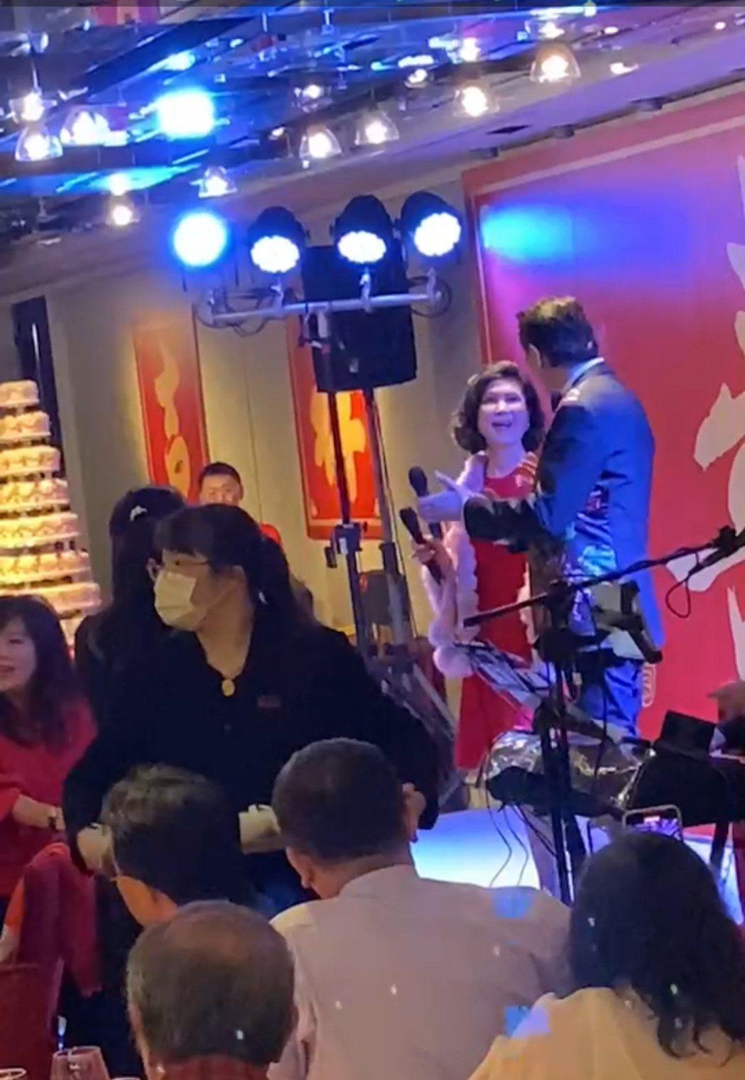歐陽龍(右)歡慶60歲生日,國寳級白嘉莉上台獻唱。圖/讀者提供