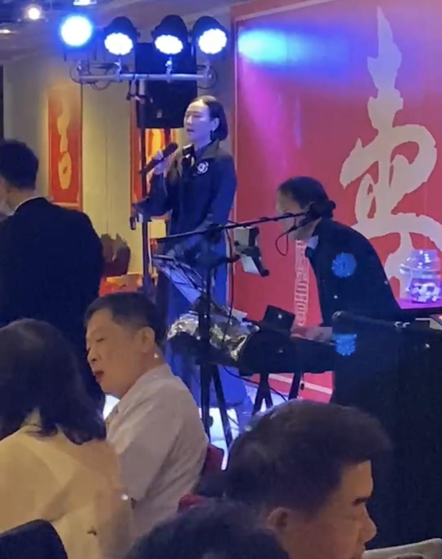 歐陽龍歡慶60歲生日,坣娜上台獻唱。圖/讀者提供