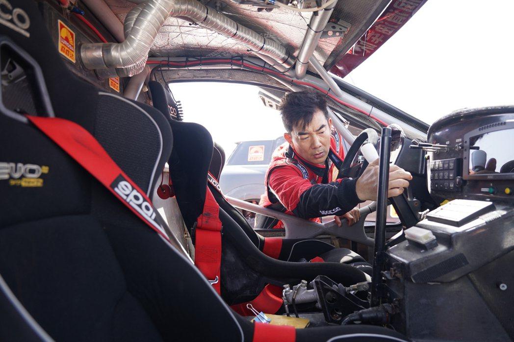 任賢齊在新歌「一起衝」MV,親自上陣賽車。圖/寰亞提供