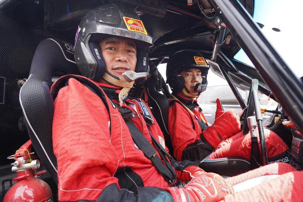 任賢齊(右)在新歌「一起衝」MV,親自上陣賽車。圖/寰亞提供