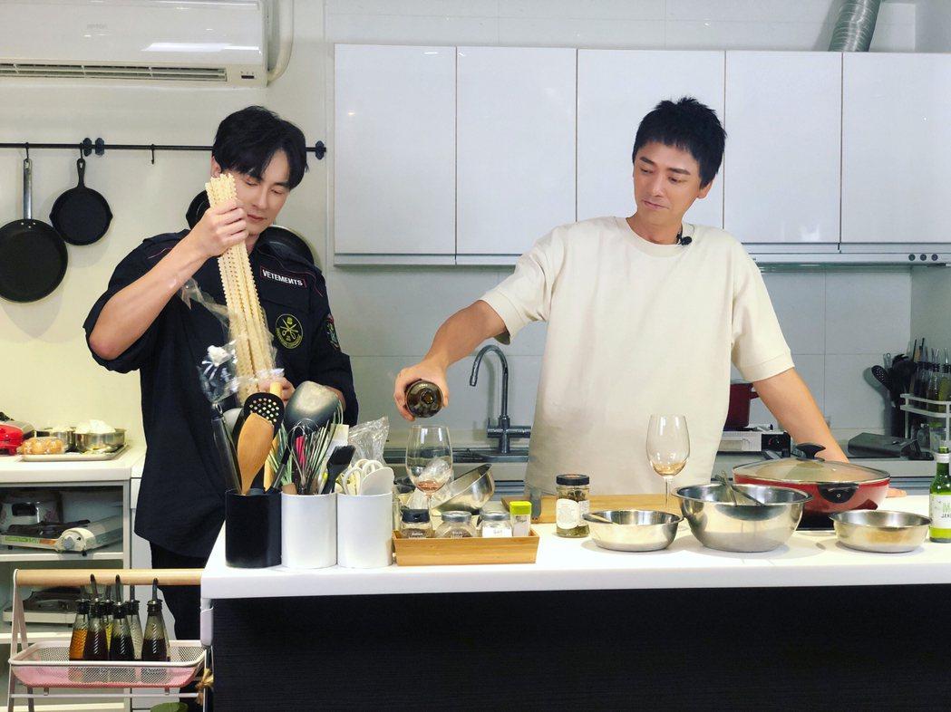 鄭元暢(左)迎來「不專業廚房」節目第一個男嘉賓歌手「信」。圖/M.I.E.最大國...
