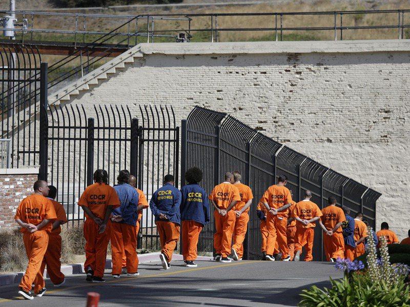 加州聖昆丁州立監獄今年五月爆發疫情,超過二千二百名囚犯及二九八名監獄人員確診,及廿八名囚犯和一名監獄人員死亡。美聯社