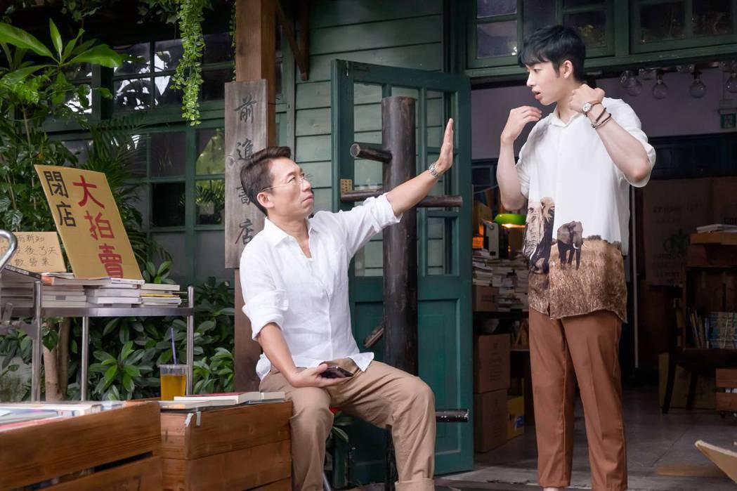 蕭子墨(右)在「不讀書俱樂部」戲中,向老闆郭子亁頂下書店。圖/双喜電影提供