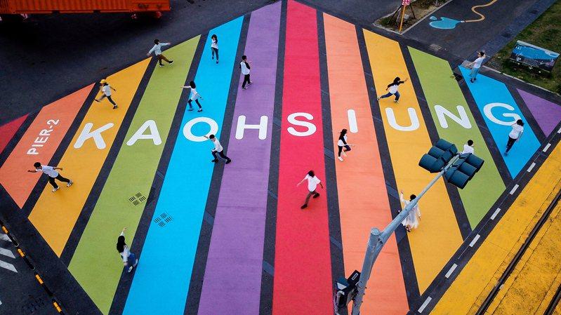 位在高雄駁二特區,全台面積最大的彩虹地景,明天開放踩點打卡。記者王昭月/攝影