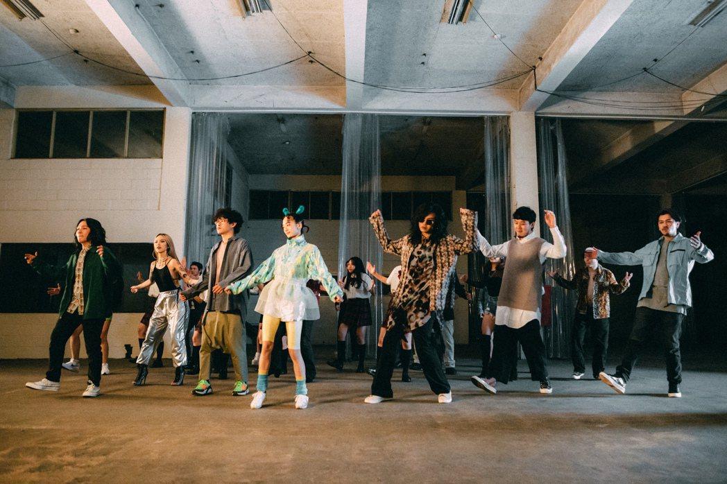 麋先生新歌「四不像」,邀來影集版「返校」學姐韓寧(左4)演出。圖/相信音樂提供