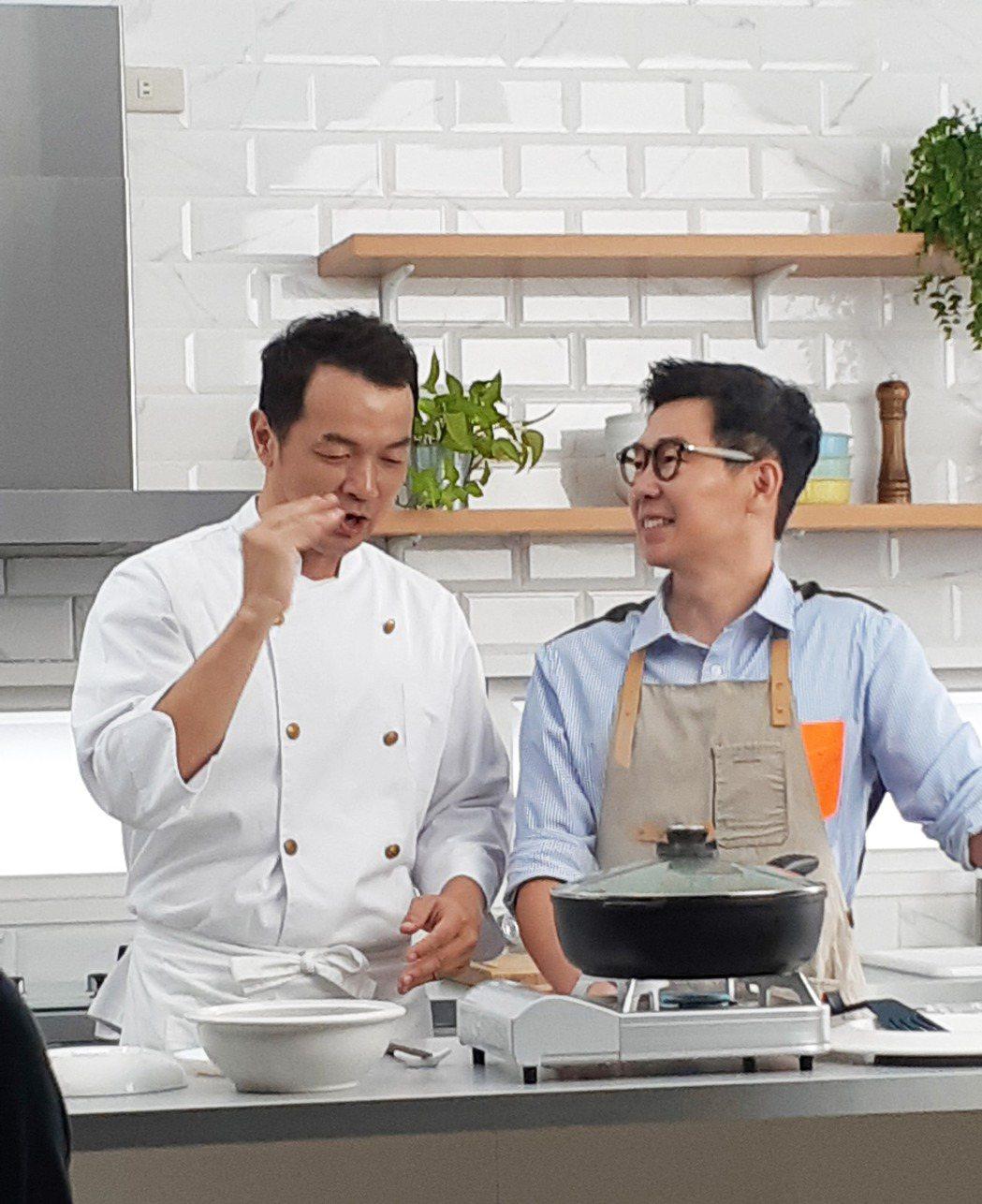 品冠(右)化身型男主廚,與全聯先生一起下廚聊天。圖/種子音樂提供