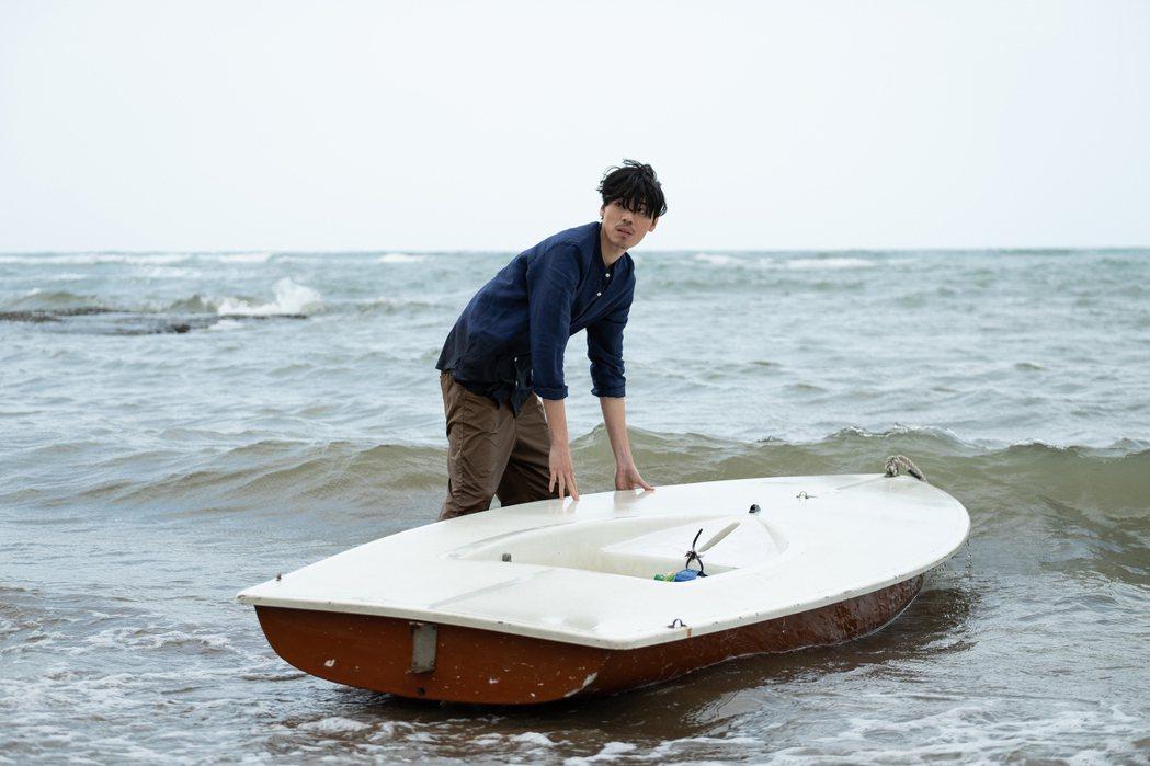 安哲為「記憶浮島」拍攝海邊戲險些失溫。圖/貴金影業提供