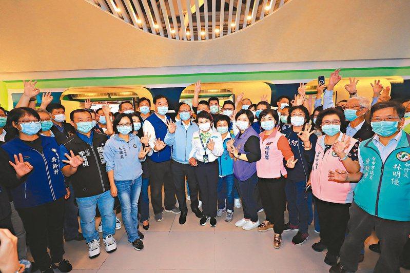 台中捷運綠線11月16日正式試營運,台中市長盧秀燕(圖中)穿著中捷制服,與各級民代一起試乘。記者喻文玟/攝影