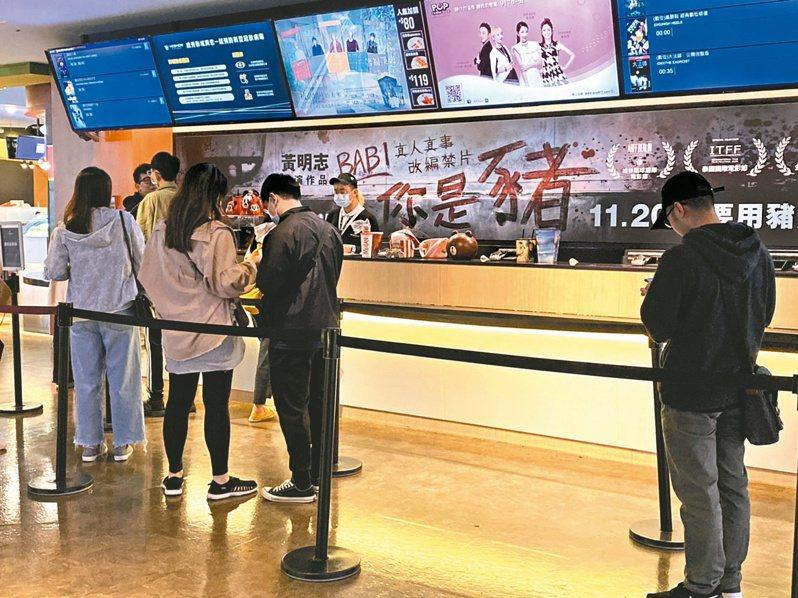 輪椅族雖可買半價優惠「愛心票」,但許多電影院網路購票系統,未開放輪椅席網路畫位,議員徐巧芯批非常不友善。記者陳惠惠/攝影