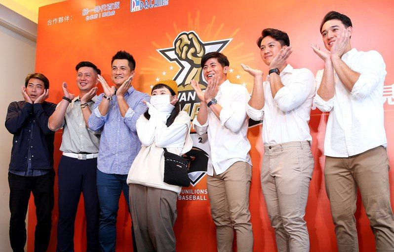 獅隊在台北舉辦球迷會,總教練林岳平(左起)、教練高志綱、潘武雄、陳傑憲、蘇智傑、林安可和球迷合影。記者余承翰/攝影