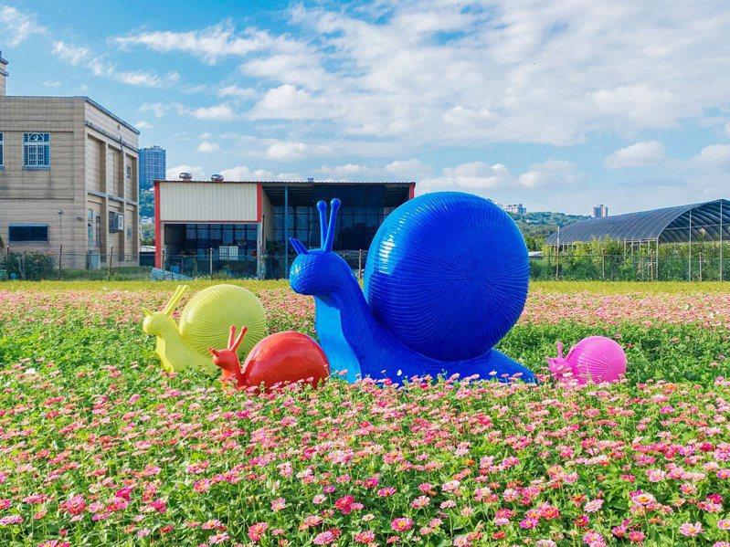 展區內擺放了多隻色彩鮮艷的蝸牛裝置,讓賞花場景變得更加豐富。圖/桃園花彩節官方臉書