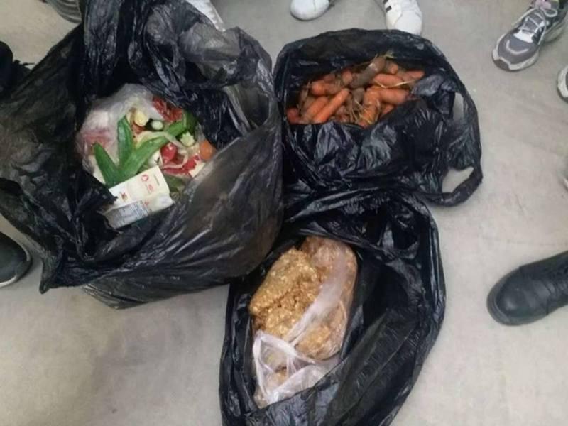 袋中有變質的肉及腐壞的青菜。 圖/香港01