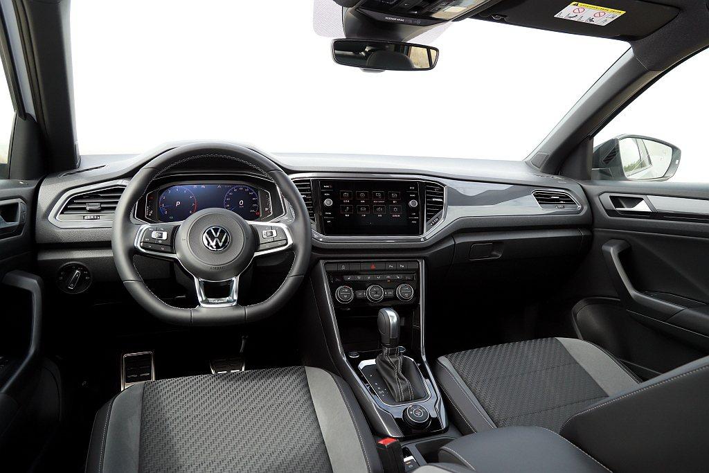 新世代福斯Polo開始中控台設計更偏駕駛導向,再利用大面積對比色飾板來營造年輕、...