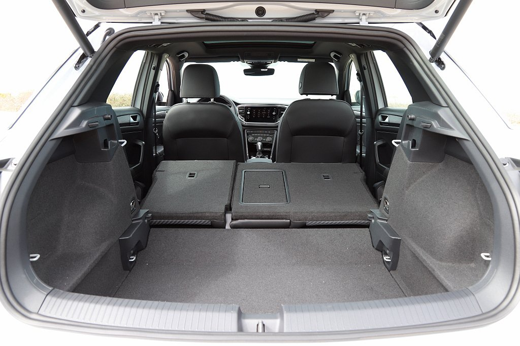 後行李廂空間則是以滿座445L;後座椅背打平擴充至1,290L,相比同級車有更出...