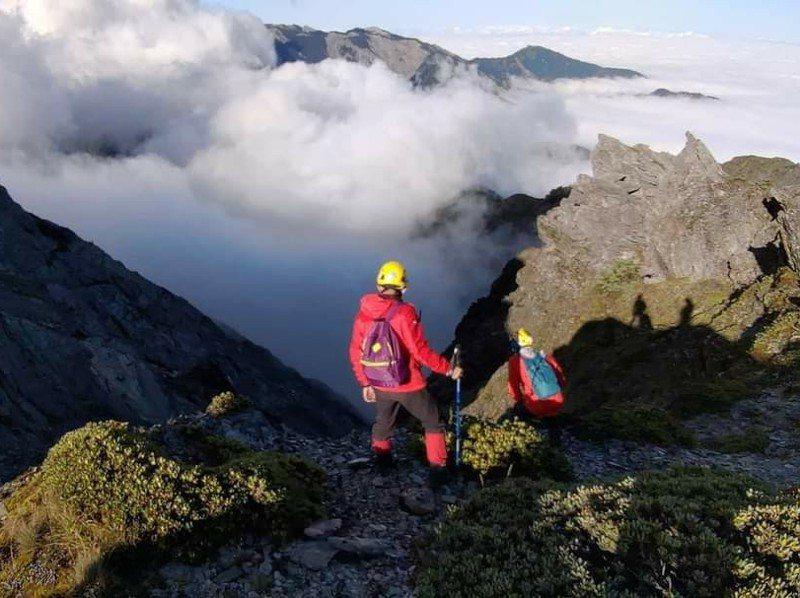 消防隊員上上山救援受困或失蹤山友,常需長途跋涉,日夜趕路。圖/台中市消防局提供